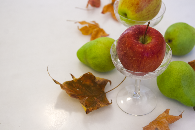 Easy, Low Cost, Minimalist Fall Centerpieces with Apples, Pears, and Maple Leaves
